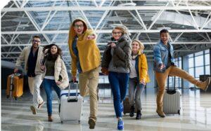 Studenci z walizkami na lotnisku